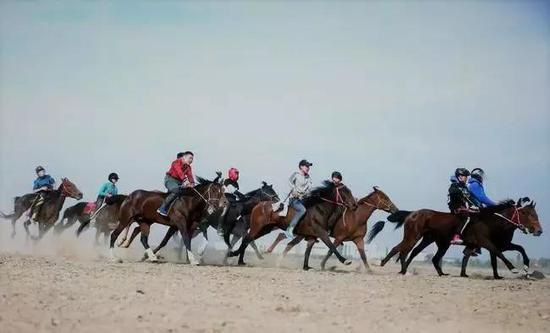 哈萨克族赛马