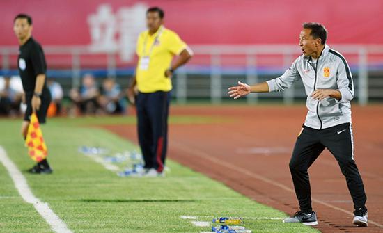 中国队主教练沈祥福(右)在场边指挥。