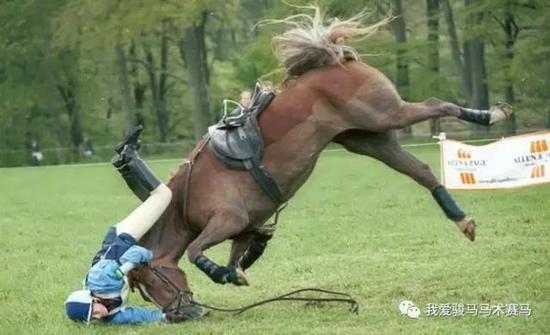 马背上摔下来的骑手