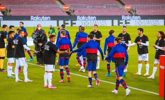 赫塔费列队致敬巴萨 T恤背后写着:足球属于球迷