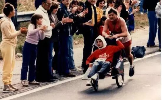 那次比赛,让所有在场的人都吃了一惊:Rick父子俩竟然跑完了全程!