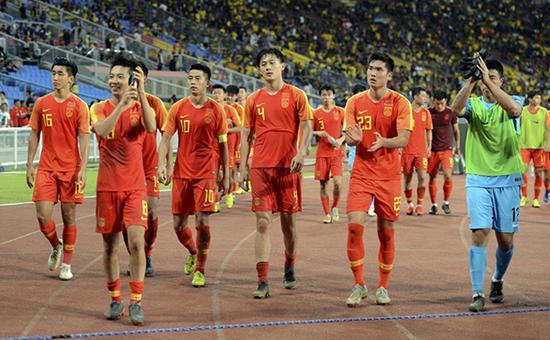 国奥队队员赛后向球迷致意.