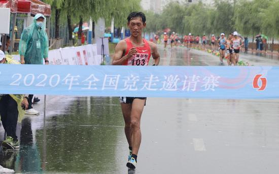 广东选手王凯华雨中夺冠。图/Osports