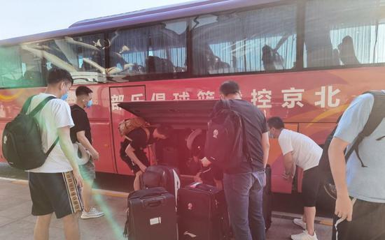 京媒:北京两队提前前往赛区 首钢取消公开训练