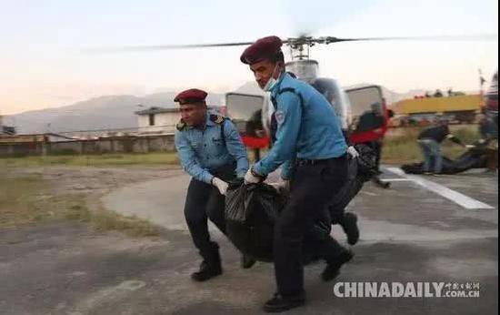 救援人员运送遇难登山队员遗体 (图自中国日报)