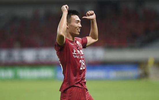 贺惯在比赛中庆祝进球。