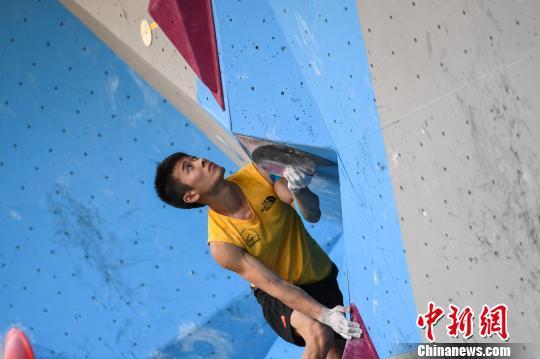图为中国香港选手陈翔志在11日的外子攀石赛中。 何蓬磊 摄