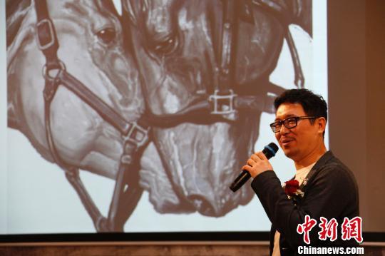 孙浩为观众介绍其代表作《相濡以沫》