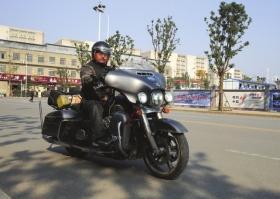 12月19日,骑摩托车环游中国的阿诺回到长沙。图/记者陈正