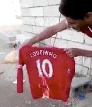 球迷焚烧库蒂尼奥的球衣