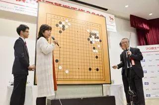 小川诚子六段和石田芳夫(二十四世本因坊秀芳)担任解说