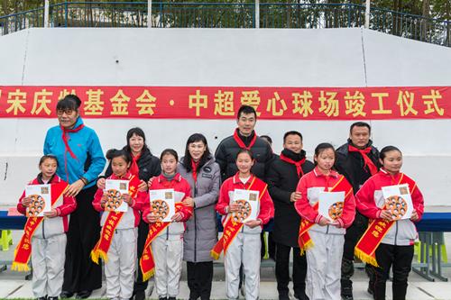 中超爱心球场贵州竣工 徐云龙上阵亲自指导小球员沉香豌