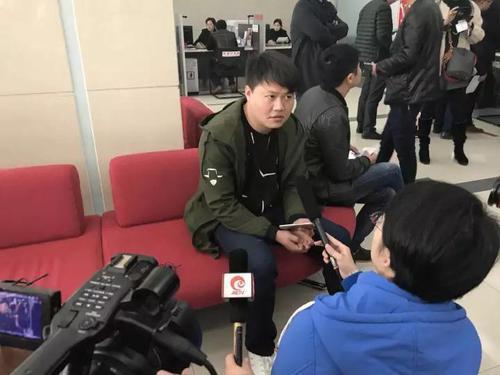 (中奖彩民接受记者采访)