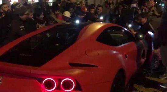 疯狂的球迷包围了奥巴梅扬的车