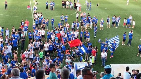 洛尔卡从西乙B晋级到西乙A的关键战役,球迷现场挥舞中国国旗感谢徐根宝。