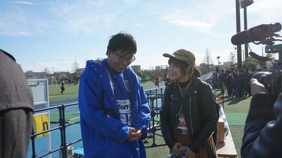 乐队主唱现场报道日本高中大赛 钟爱足球支持荷兰颜颖思