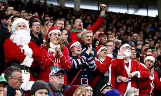 球迷圣诞装扮看球
