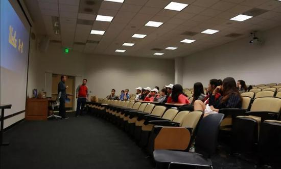 UCLA校运动员部的高级主管为青少年讲述如何申请UCLA