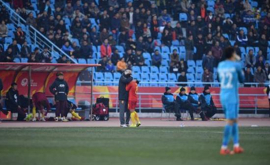 队长何超被红牌罚下,主帅马达洛尼拥抱安慰。