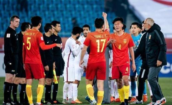 国足球员对裁判做出数钱手势。