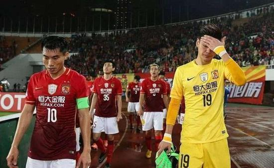 尽管联赛依旧属于广州,但恒大将士们的表情却异常沉重