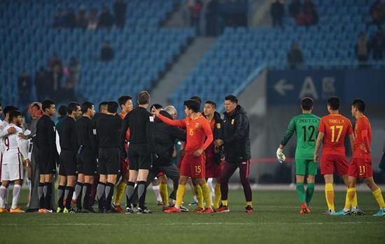 中国队有队员赛后做出数钱的动作,可能招致亚足联的追罚。 东方IC 图