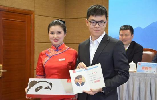 自媒体:西南王赛棋手漫不经心 主办方无奈