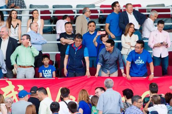 徐根宝在看台和球迷互动。