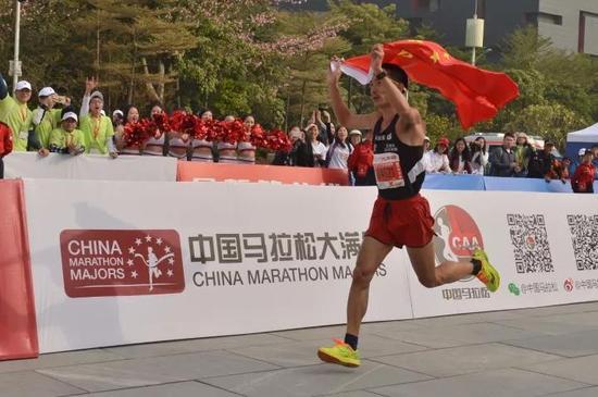 ▲2017广州马拉松赛中国籍男子组冠军李子成