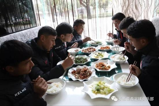 针对于梯队的新疆籍球员,驻地会单独为他们设计饮食。