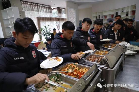冬训驻地的饮食样式丰富,营养搭配合理。