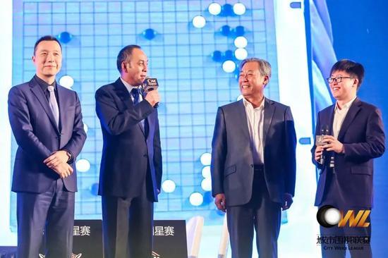 """▶""""楚云飞""""(左二)和""""吴站长""""(右二)齐齐亮相总决赛闭幕式。"""
