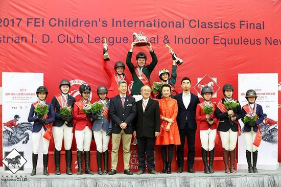 现场嘉宾与十位表现最佳的小骑手合影