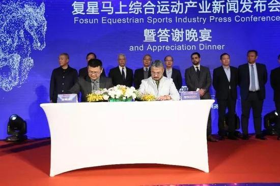 星景(前左)联合麒麟马球队(前右)发展中国马球运动