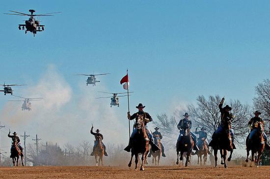 第一骑兵师的战斗航空旅与马支队进行模拟攻击