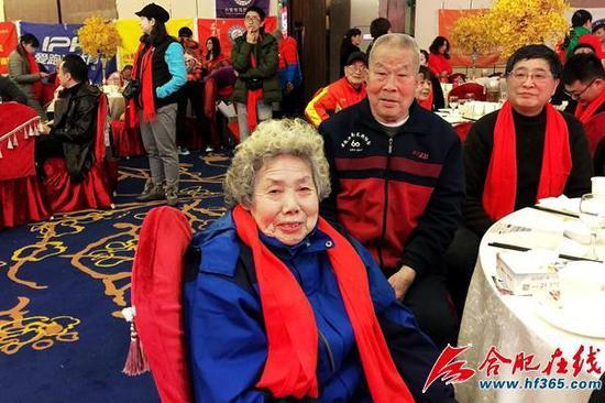 新中国马拉松第一人张亮友(中排)及其夫人尚殿娥(前)
