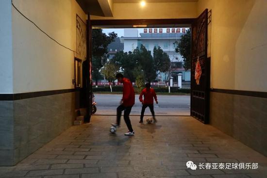 每天清晨,一些球员就会到驻地楼下练球。