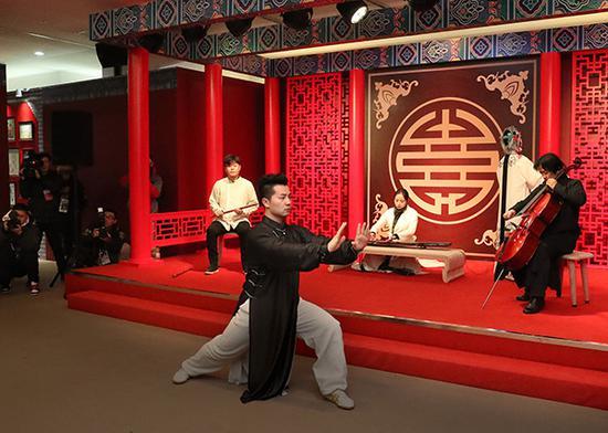 """艺术家在""""中国之家""""内表演。"""