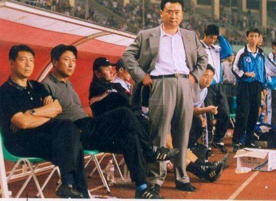 当年,王老板是直接站在教练席边上的