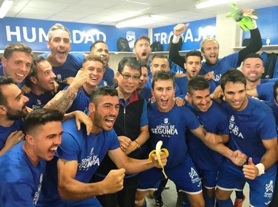 根宝和洛尔卡球员庆祝胜利。