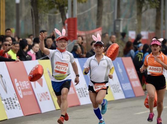 参加欢乐跑的选手  摄影:武敏