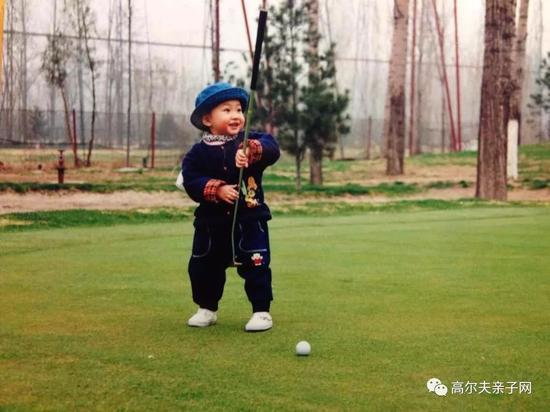 婧玮1岁多便与高尔夫结下了缘份