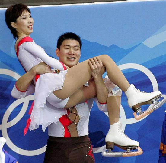 得知获得银牌后,激动的张昊抱起张丹。
