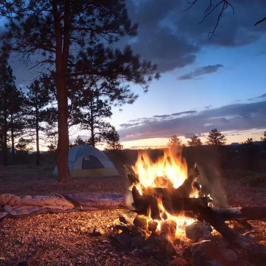 燃起篝火,是发出信号的方式之一。图片来源:ravelandleisure.com
