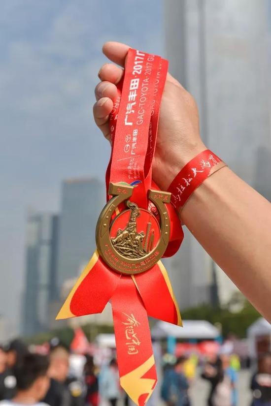 ▲2017广州马拉松赛完赛奖牌