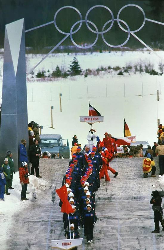 1980年第13届美国普莱西德湖冬奥会,中国奥运代表团入场。