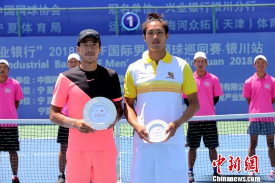 冠军李喆(左)和亚军维夏亚(右)合影留念。李佩珊 摄