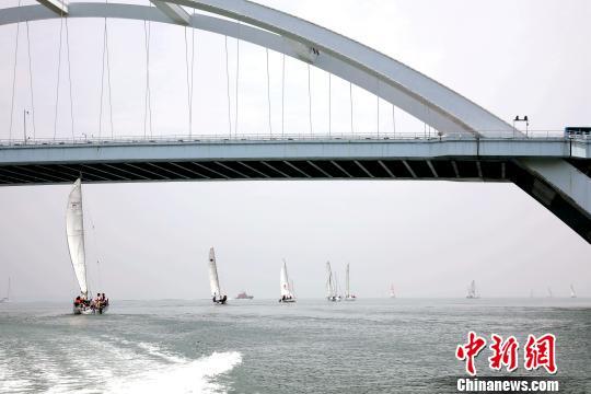 图为帆船驶离码头。 李思源 摄