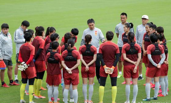 女足球员9天内首次触球训练备战
