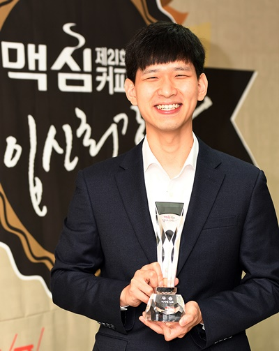 麦馨杯颁奖仪式李志贤捧杯 大赚5000万韩元奖金